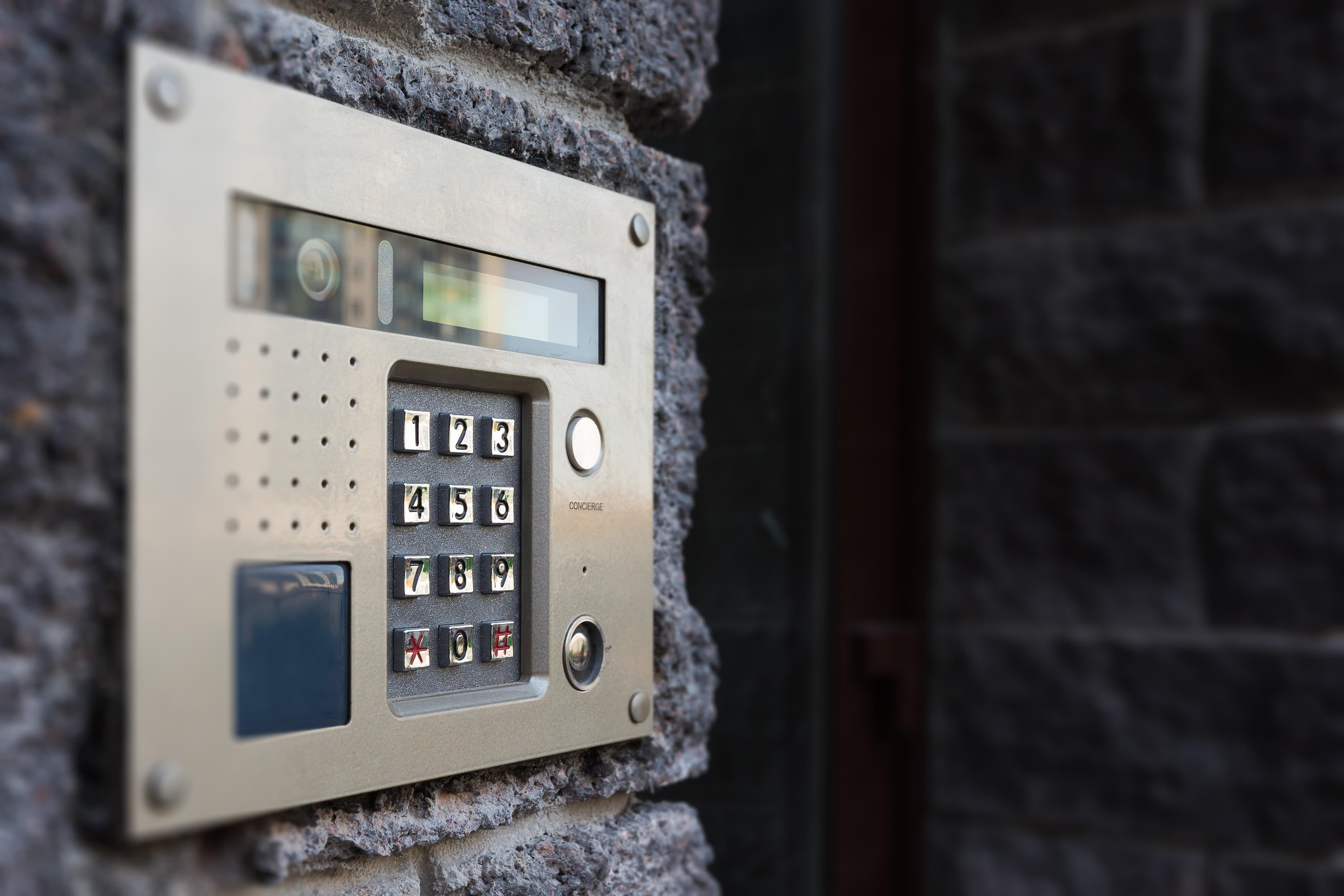 Instalación de sistema de intercomunicador de puerta con cableado en oficinas
